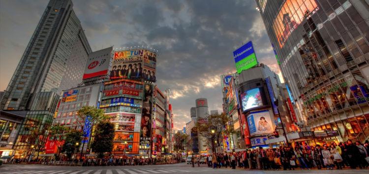 tokyo_road_buildings_people_evening